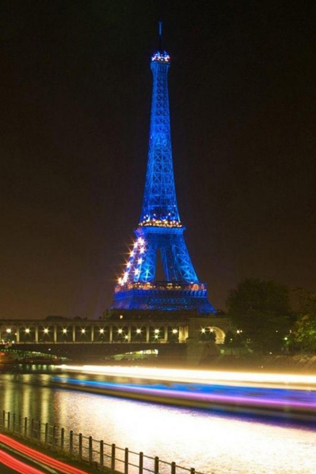 Eiffel Tower In Paris Blue Iphone 7 Wallpaper Iphone7wallpapers Co