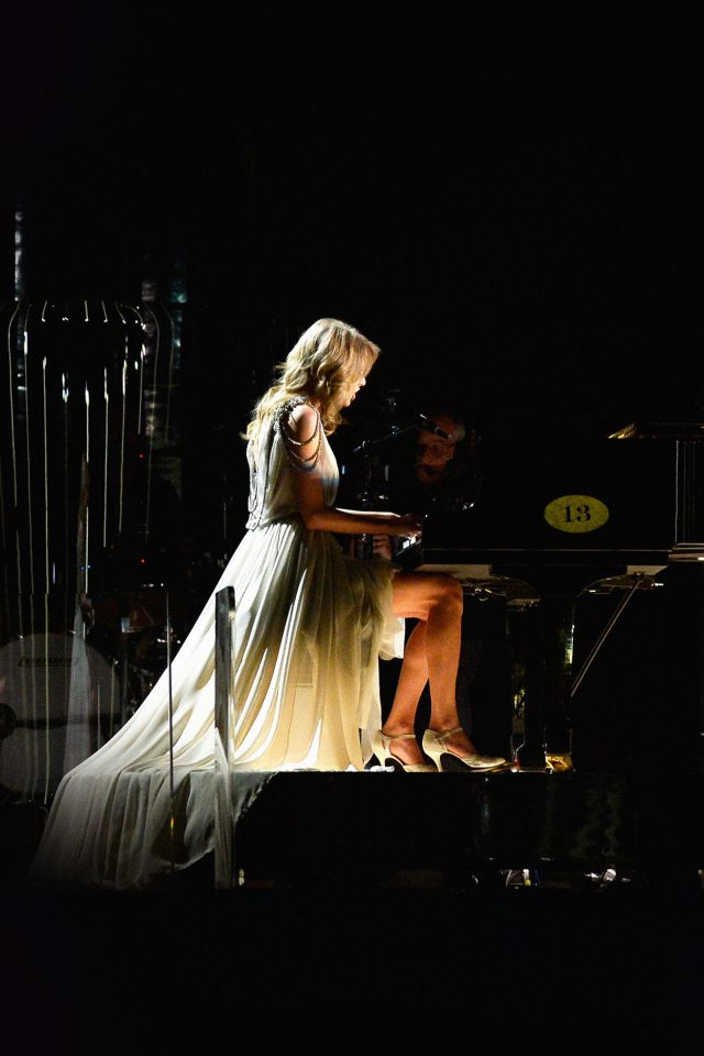 Ylor Swift Piano Concert Woman Music iPhone wallpaper